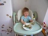 Thomas grandi trop vite, il mange tout seul comme un grand