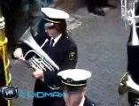 Régis veut jouer de la trompette avec la fanfare