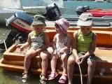 Gab, Léonie et justin assis sur le bateau
