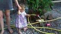 Maëlys en train d'arroser le jardin de Papy