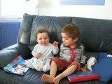 Maman chante, Louis et Clément dansent (mon petit lapin...)
