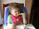 16 mois mange seul