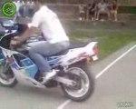 """CRASH MOTO : Il est """"Show"""", ... un peu trop!"""