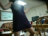 Femme ivre qui danse sur une table en verre  BLOG-VIDEOS.ORG