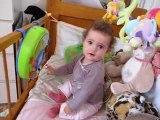 Lucie joue dans son lit