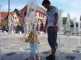 Emma qui joue avec les jets d'eaus