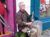Joueur de cornemuse irlandaise dans les rues de GALWAY