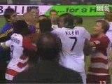 David Beckham greift Spieler am Hals! David Beckham attacks