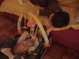 Etienne, 3 ans et demi  encourage Adrien, 4 mois et demi