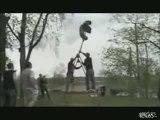 Un tour complet de balançoire et grosse chute !!