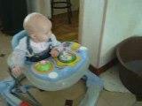 Dakota découvre un bébé à roulettes