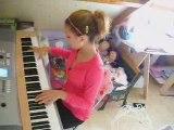 Cyrielle qui joue le début de Violons bleus au piano/synthéc