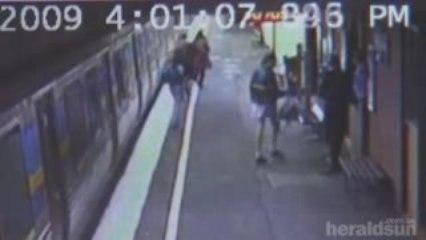 Une maman lâche une poussette sur les rails du train...