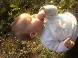 Mon bébé dans l'herbe chez son papa !!!!!!!!!!!!!!