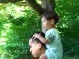 En ballade sur les épaules de Papa