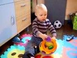 Mattéo joue avec Mr Cookie