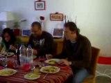 Un bon petit repas entre amis avec les enfants