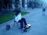 Il joue de la guitare avec ses pieds guitare pied