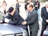 Un faux Berlusconi simule un acte sexuel en public