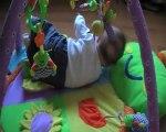 Emma joue sur son tapis d'éveil en juin avec sa maman