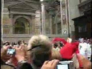 Le pape Benoit XVI agressé