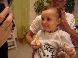 bébé joue avec l'iPhone suite 1