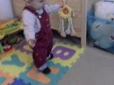 Mon bébé qui fait ces premiers pas à 11 mois et 8 jours