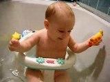 Camille dans son bain avec son crabe jaune