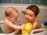Camille avec Maelle dans le bain