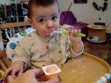 Diego mange tout seul