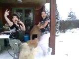 ma copine et ma soeur qui joue dans la neige lol