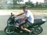 Régis fait un burnout en moto et se crash