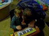 NOEL Erwan et Papy qui joue avec le piano winnie