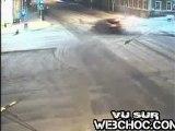 Une collision spectaculaire entre deux voitures un carrefour