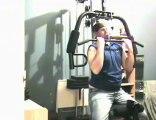 Régis fait des exercices de la musculation