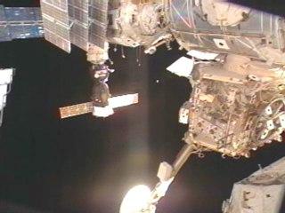 NASA - un ovni tout près de ISS 05.02.10