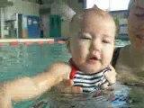 joue avec maman dans l eau