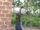 La corvée d'eau repose surtotut sur les jeunes filles