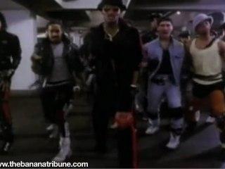 Michael Jackson imita el estilo John Cobra