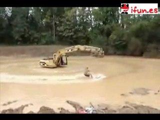 Esqui acuatico ayudado por una excavadora