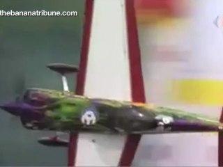 Un niño dirige el tráfico aéreo