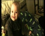 Noah aime les bisous bruyants de son papa!;)