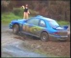 Pilota rally distratto da bambola gonfiabile