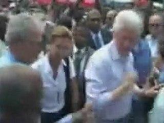 Figuraccia di George Bush: Si Pulisce le Mani su Clinton