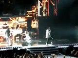 Fergie des Black Eyed Peas chute sur scène