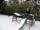Laura descend du toboggan recouvert de neige