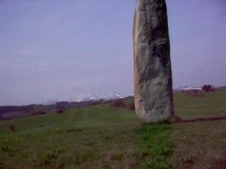 vue du Puy de Dôme et pierre longue route de Fohet