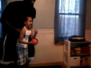 Une petite fille dunk dans son salon