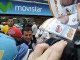 Pedro de la Rosa firma autografos en Montmelo