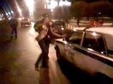 La multano e lei prende a calci l'auto della polizia